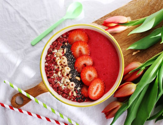 vegane Erdbeer-Himbeer Smoothie Bowl für Kinder von Starlights in the Kitchen bei Mini and Me