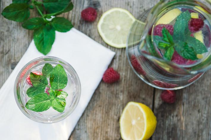 Frucht- und Kräuterwasser für heiße Sommertage