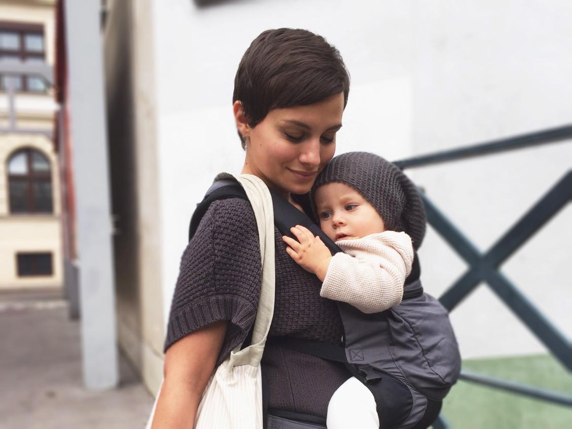 mama trägt baby in tragetuch bzw komforttrage von ergo baby