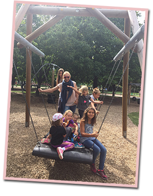bloggerin verena von mamawahnsinnhochdrei mit Kindern im Frühling in Klagenfurt mit kind