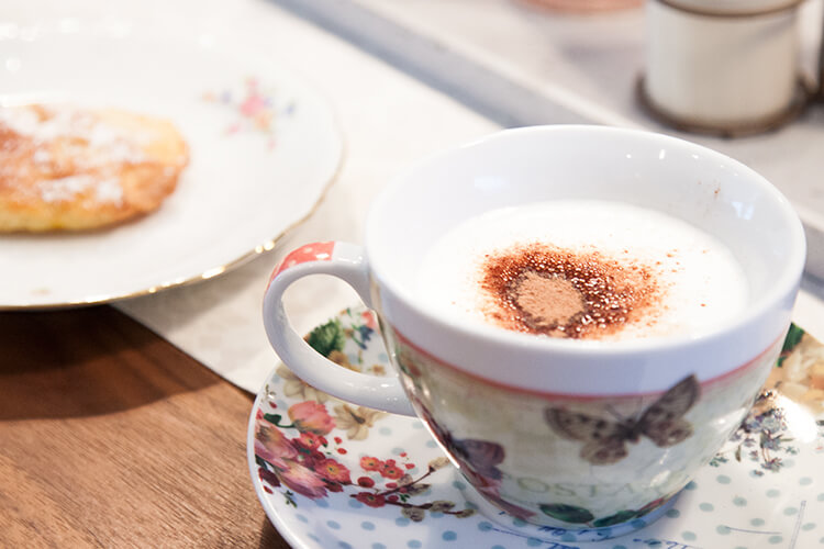 backen mit Kindern Apfelkuchen Kekse und Cappuccino
