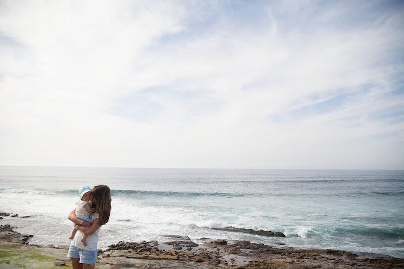 Mutter glücklich mit kind am Strand hat keine wochenbettdepression