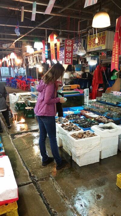 im Ausland leben mit kindern am Fischmarkt in seoul