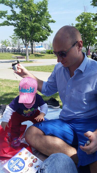 im Ausland leben mit kindern und Papa beim picknick in seoul