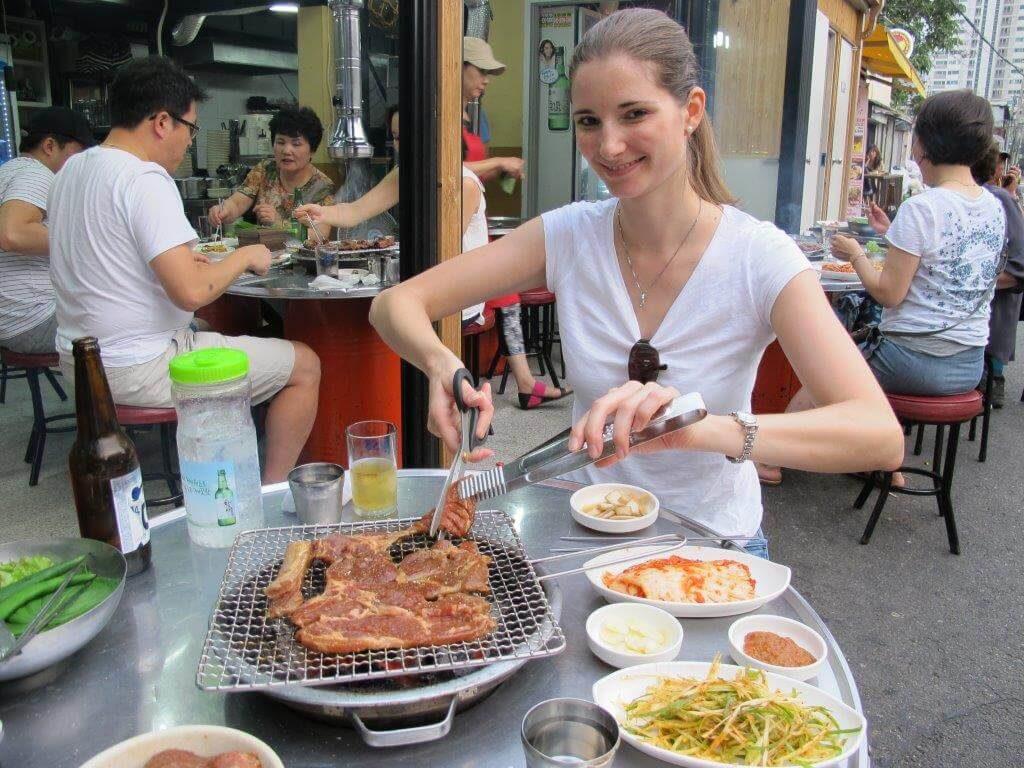 im Ausland leben mit kindern beim koreanischen bbq in seoul