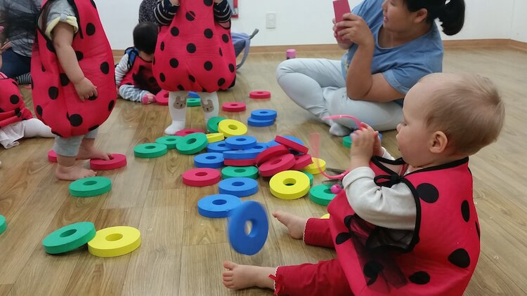 im Ausland leben mit kindern in der Krabbelgruppe in seoul