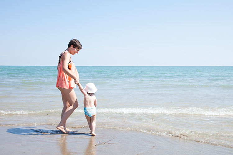 mini and me mama und kind am strand in jesolo lido italien
