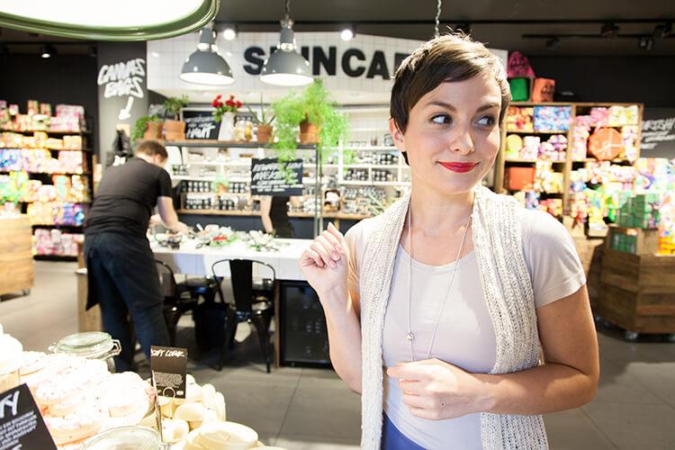 jeannine mik von mini and me im lush handmade cosmetics shop donauzentrum bei der mama-auszeit deluxe