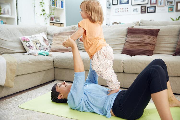 Mini and Me Fitness Challenge / Crossfit: Kostenloses 4 wöchiges Trainingsprogramm für zu Hause, speziell abgestimmt auf die Bedürfnisse des weiblichen Körpers nach der Schwangerschaft (High Intensive Training, HIT)