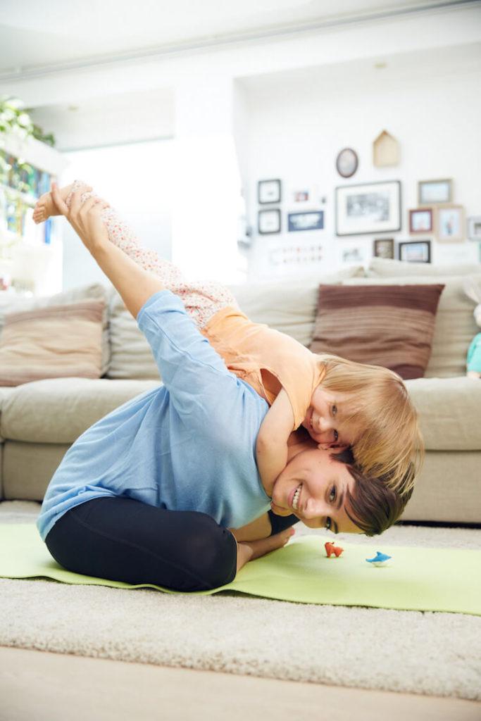 mini and me machen gemeinsam sport bei der mini and me fitness challenge um nach der schwangerschaft wieder fit zu werden