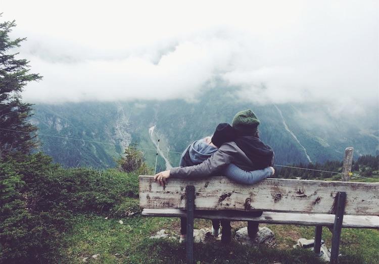 unerfüllter kinderwunsch Pärchen auf einem berg