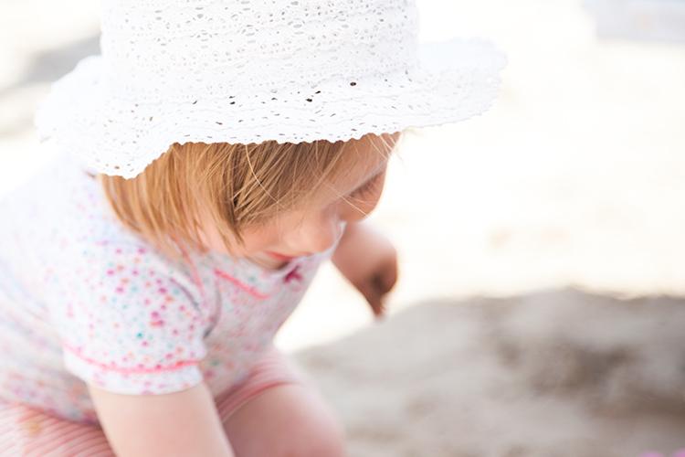urlaub mit baby spielend beim strand