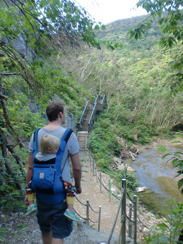 Vater und Sohn beim wandern in Okinawa, japan