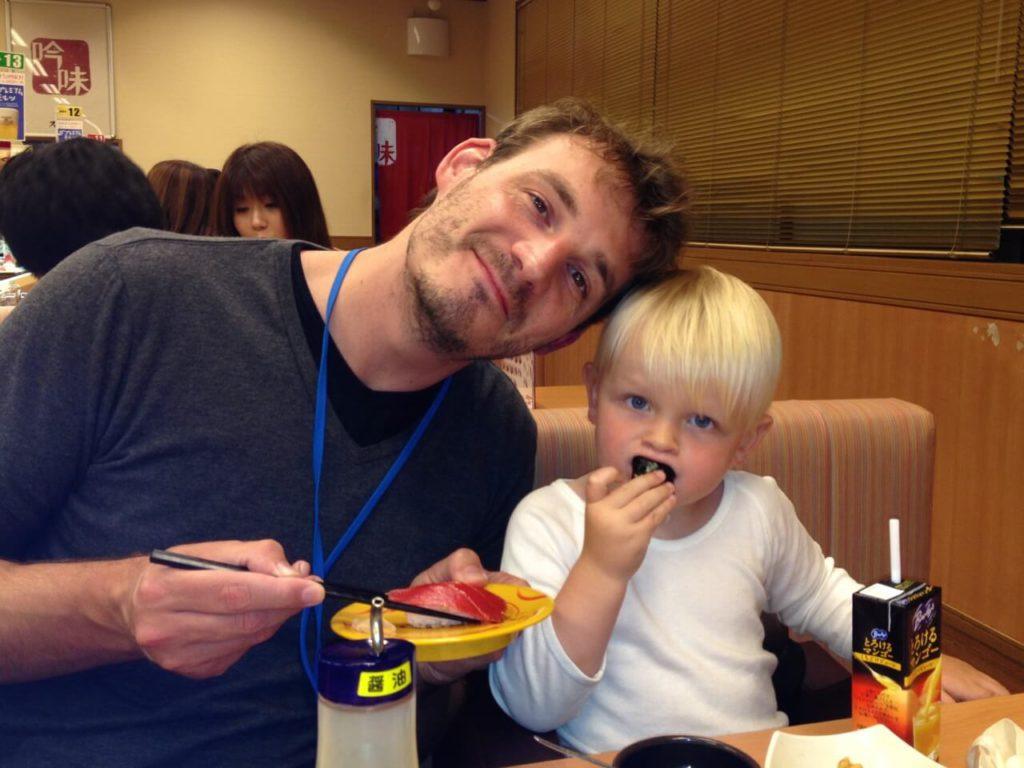 Papa und Sohn essen Suhl in japan
