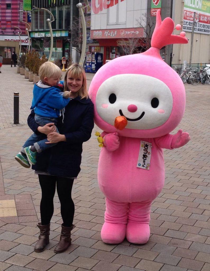 mama und Sohn mit Maskottchen in Watte, japan