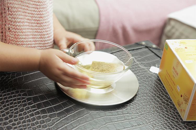 mini and me teilt entspannungsmomente mit baby und Kleinkind zum beispiel gemeinsames abendliches teetrinken mit dem bio bäuchlein-tee von Welelda