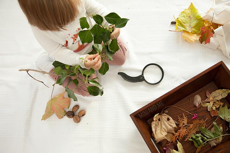 mini-and-me-miniandme-montessori-mama-lifestyle-blog-wien-inspiration-nyani-waldorf-naturtischlein-materialien-natur-lupe-kleinkind-herbst005