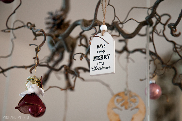 mini and me weihnachten mit familie feiern weihnachtsdekoration mit engel und kleinem holzschild auf dem haselnusszweig