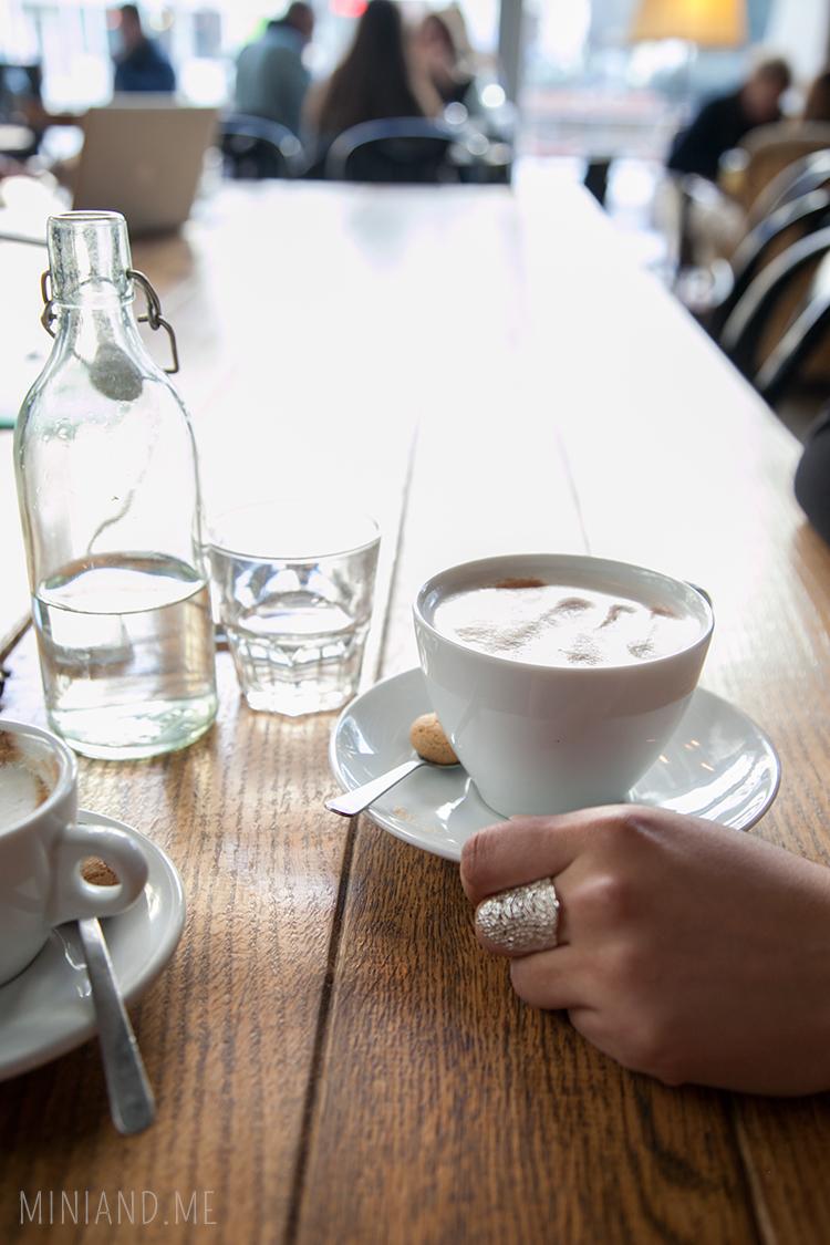 cappuccino im cafe sieben stern in wien