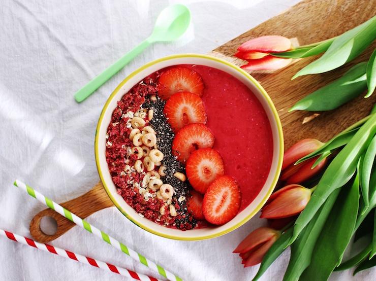 Gesunde Erdbeer-Himbeer Smoothie Bowl für Kinder (die auch vegan köstlich schmeckt)