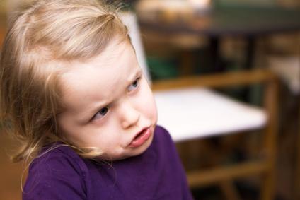 Kleines Kind bekommt nicht seinen Willen und schmollt ausdrucksstark