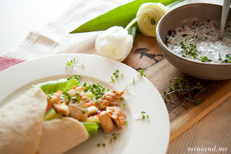 Mexiko in der Küche: Hühnchen-Gemüse-Burritos mit selbstgemachten Tortillas und Joghurt-Kräutersauce
