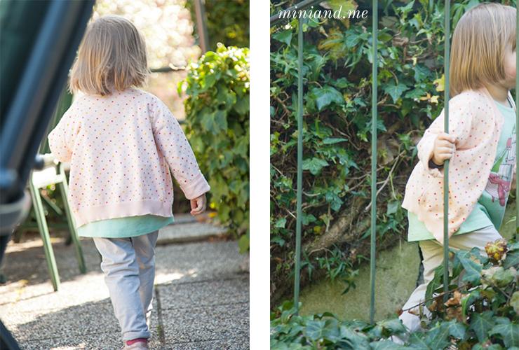mini von mini and me auf den stiegen und im Artikel Inspiration zu einem Montessori Frühling und ostern