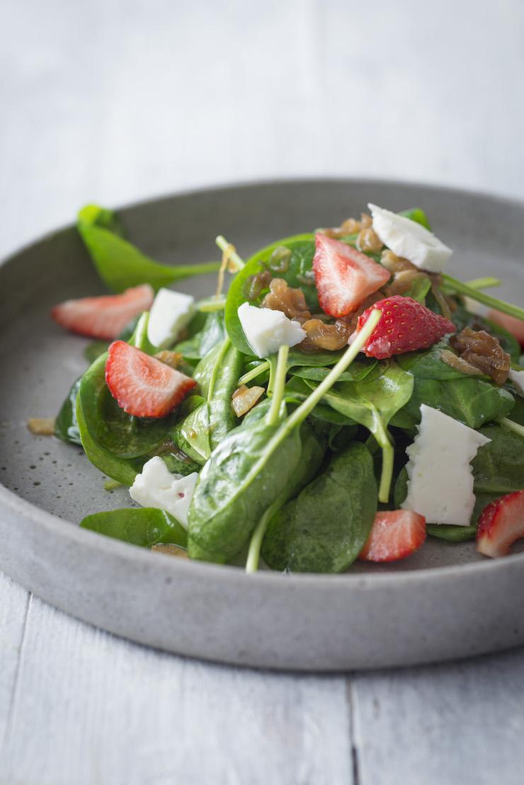 Heimisches Superfood: Lauwarmer Spinatsalat mit gerösteten Sonnenblumenkernen, Ziegenkäse und Erdbeeren