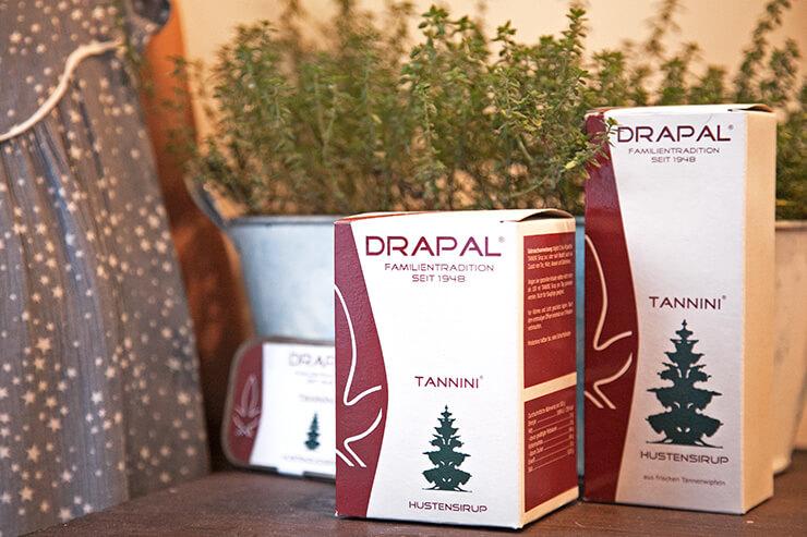 Natürlicher Hustensaft aus Tannenwipfeln für die ganze Familie, rein pflanzlich, 100 % biologische Zutaten, hergestellt in Österreich vom Familienunternehmen Drapal (Mini and Me)