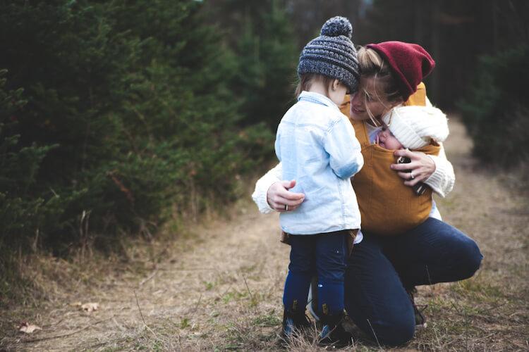 Bruder Mama fängt Schwester Geschwisterkind trifft