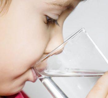 Wenn Babys trinken lernen: Über den Umstieg von der Brust aufs Glas