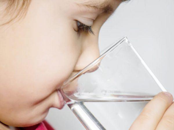 Wenn Babys trinken lernen: Über den Umstieg von Brust oder Fläschchen aufs Glas (Mini and Me, Baby, Kleinkind, Entwicklung, Trinkenlernen, Selbstbestimmt, Kinder begleiten, Familie leben, Leben mit Kindern) #trinkenlernen #babysentwicklung #miniandme