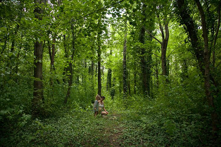 Tankstelle Natur: Warum unsere Kinder und wir den Kontakt zur Natur brauchen (Mini and Me, Rewildening, Nature Deficit Disorder, Achtsamkeit mit Kindern, Zeit in der Natur, Ideen für draußen, Freies Spiel) #achtsamkeitmitkindern #freiesspiel #naturerleben