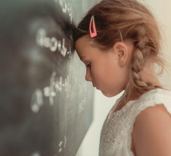 Schule und Gleichwürdigkeit: Wie du dein Kind auch in dieser Zeit der Fremdbestimmung begleiten kannst (und warum Noten nicht existieren sollten)